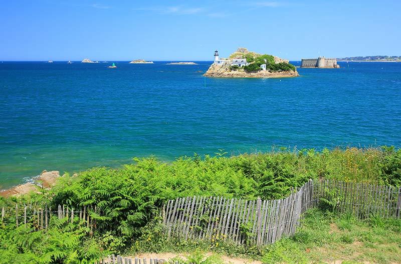 L'île Louët et le château du Taureau au large de la baie de Morlaix