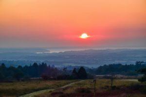 Le parc de Menez Meur dans les Monts d'Arrée au coucher de soleil sur la rade de Brest