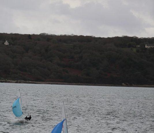 Deux navigateurs qui font de la voile